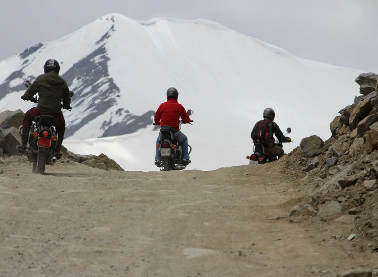 ladakh-traveling-by-bike