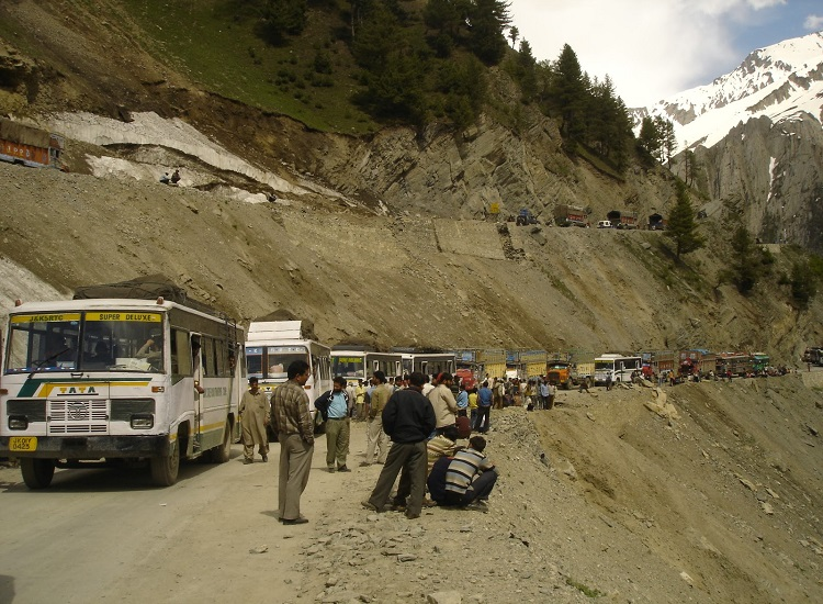 ladakh-traveling-by-bus
