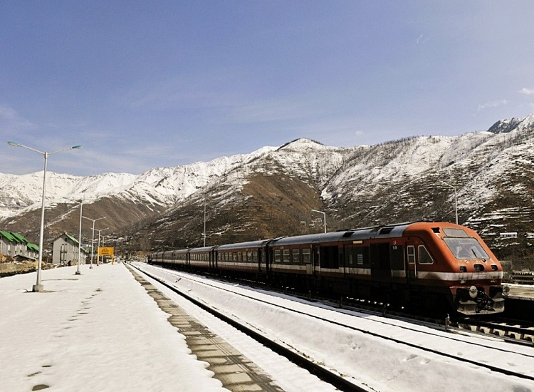 ladakh-traveling-by-train